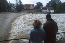 Splav na řece Opavě v Krnově u kina Mír.