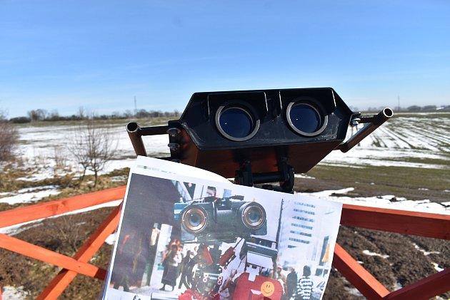 Binokulární dalekohled na nové rozhledně nápadně připomíná hrdinu filmu Číslo 5žije. Kousek od rozhledny je Švédský sloup. Únor 2021.