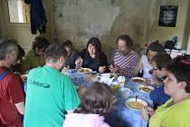Rychta v Karlovicích už byla ruina na spadnutí, když ji koupilo Hnutí Duha Jeseníky. Se záchranou kulturní památky o víkendech pomáhají  dobrovolníci.