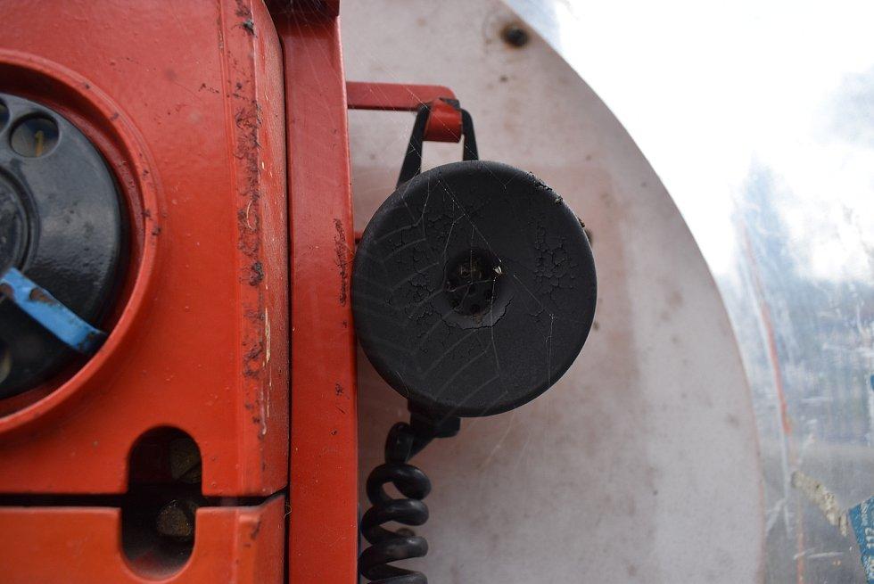 Přístroj se tváří, jako by za časů SPT Telecom v Miloticích zapomněli veřejnou telefonní stanici.