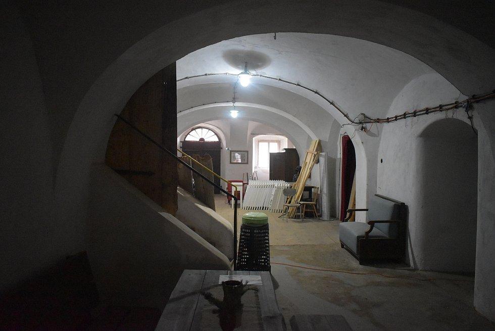 Úvalenská Rychta díky dotaci zpřístupní své historické sklepy. Na oživení památek v centru Úvalna se podílí projektant Dalibor Rebroš.