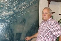 Starosta města Břidličná ukazuje u leteckého snímku místo, kde se nachází trafostanice.