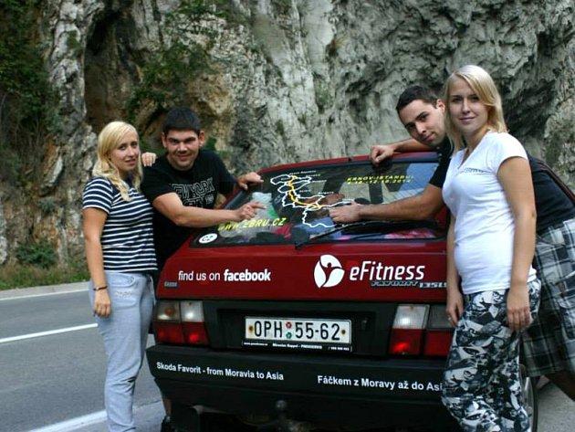 Expedice Krnov – Istanbul cestovala favoritem z roku 1992. Vlevo je Tess Gemelová a Vojtěch Peter a vpravo Anička Gemelová a Jakub Prášilík.