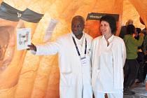 Gastroenterolog Assao Gampana vykonával svou lékařskou praxi ve Francii i v České republice. Nyní je k dispozici pacientům v krnovské ambulanci. Na snímku informuje při preventivní kampani o nejčastějších onemocněních tlustého střeva.