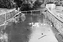 Úprava hráze na Černém potoce v roce 1969.