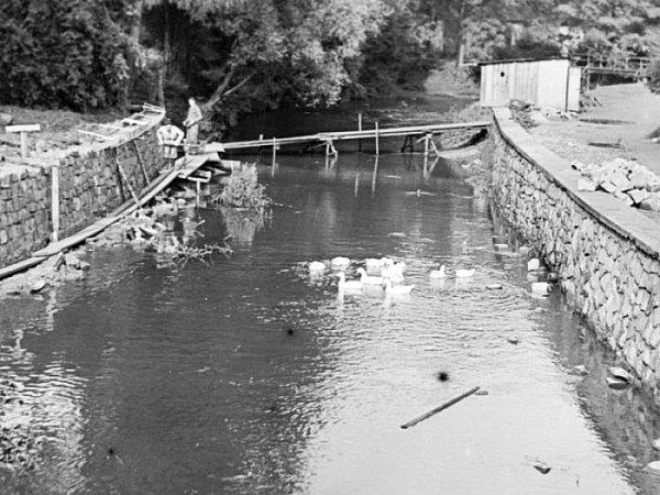 Úprava hráze na Černém potoce vroce 1969.