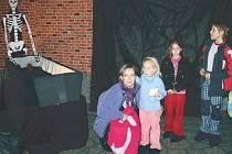 Flemmichova vila lákala na halloweenskou strašidelnou noc dokonalými divadelními kostýmy, které si oblékli zaměstnanci Městského informačního a kulturního střediska Krnov, a také propojením strašidelných dekorací s aktuálními expozicemi a výstavami.