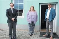 Tajemník James Tira, ředitelka Jana Juřenová a místostarosta Libor Unverdorben před sídlem o.p.s. Liga.
