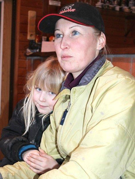 Naďa Knopová se svou dcerkou Terezkou Theimerovou. Také Terezka je zdatná jezdkyně po mamince, sedlá poníka jménem Laskonka.