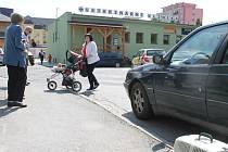 Pod kapotou automobilu se ukryl uprchlý kocour a nehnul se ani o píď. Kvůli jeho vyproštění bylo nakonec nutné demontovat přední kolo.