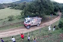 Domorodci z jižní Ameriky mávali během průjezdu Martina Kolomého. Pro místní lidi je Rallye Dakar největším vzrušením roku.