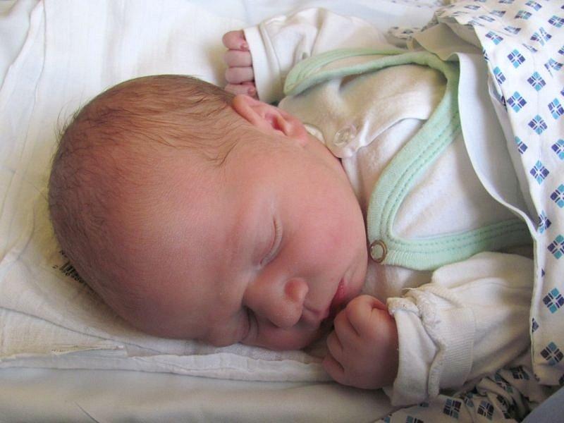 Jmenuji se ANTONÍN KOVÁŘŮ, narodil jsem se 24. října. Při narození jsem vážil 3600 gramů a měřil 51 centimetrů. Moje maminka se jmenuje Eva Kovářů a můj tatínek se jmenuje Michal Kovářů. Bydlíme v Ostravě.