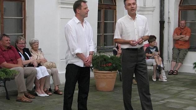 Setkání na hranici je nová výstava českého a polského výtvarníka na linhartovském zámku. Při vernisáži se oba umělci, Ladislav Steininger a jeho polský kolega Krzystof Rusiecki, na hranici skutečně potkali, aby společně vzdali hold Schengenskému prostoru.