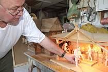 František Nedomlel pracuje na hamru, který doplňuje mlýn z dílny jeho otce Josefa. Spatřit jej můžete spolu s Betlémem o Vánocích.