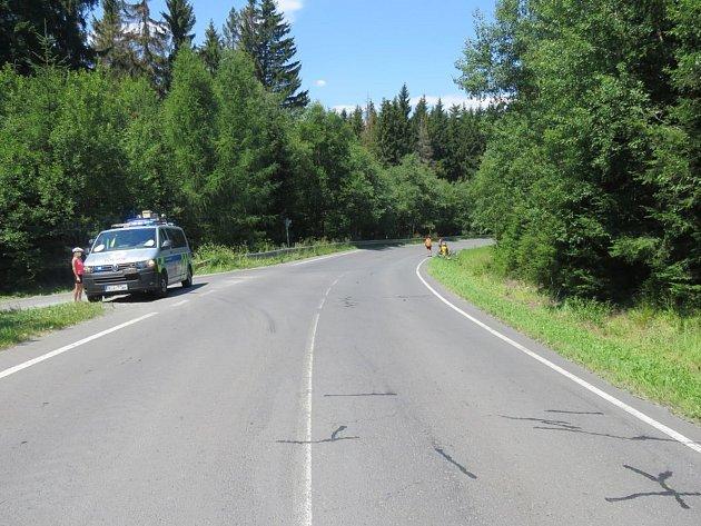 Vtéto zatáčce uNové Pláně havaroval pětiletý cyklista. Policie hledá svědky.