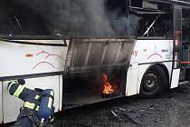 Požár autobusu v Malé Morávce, na místě zasahovaly čtyři hasičské jednotky. Foto: HZS MSK