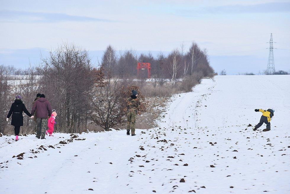 Binokulární dalekohled na nové rozhledně nápadně připomíná hrdinu filmu Číslo 5 žije. Kousek od rozhledny je Švédský sloup. Únor 2021.