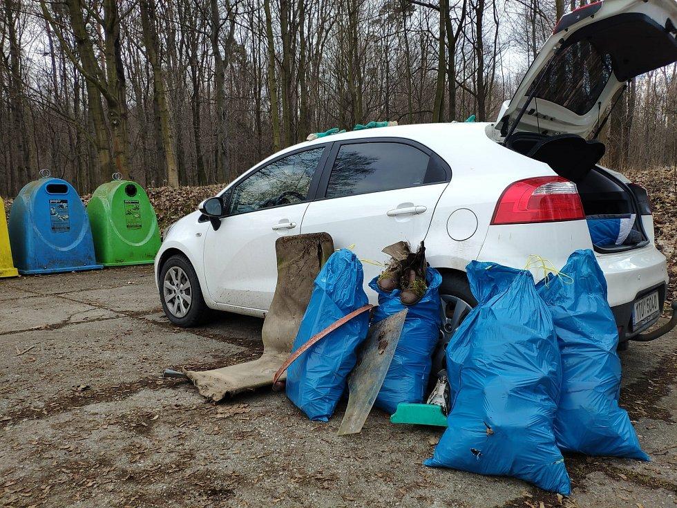 Dobrovolnickou akci Ukliďme Krnov již po sedmé uspořádal skautský oddíl Krnovská Trojka. Zapojily se hlavně rodiny s dětmi. Březen 2021.