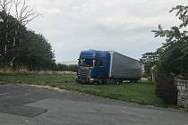 Kamion s nákladem o váze 40 tun uvízl na svažité louce v Úvalně.
