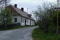 Začátek naučné stezky na Polní ulici v Břidličné, odkud se turista i cykloturista dostane k nedalekým rybníčkům Bazalverk.
