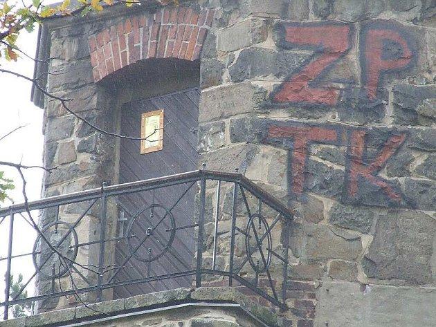 Rozhledna po útoku vandalů.