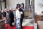 """Známý řezbář Jiří Halouzka z Jiříkova se v sobotu oženil, """"ano"""" si řekl se snoubenkou Magdou ve svém vlastním kostele."""