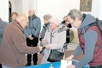 Eliška Svobodová na Nový rok v kostele na Uhlířském vrchu podepisovala všem zájemcům pohlednici se svým obrázkem Uhlířského vrchu.