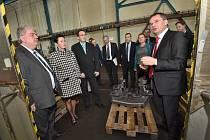Krajští radní, kteří přijeli na své výjezdní zasedání do Krnova. Na programu byla také návštěva Krnovských opraven a strojíren.