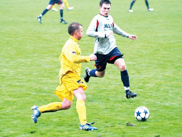 Krnovští fotbalisté doma podlehli Dolnímu Benešovu. Na snímku Ondřej Bartoníček (vlevo) ještě než vyfasoval červenou kartu.