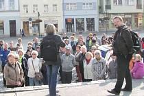 Martin Strakoš (vpravo) uspořádal loni komentovanou procházku za krnovskou architekturou a památkami. Právě vychází jeho kniha, kterou vydal ve spolupráci s týmem památkářů a architektů, nazvaná Průvodce architekturou Krnova.