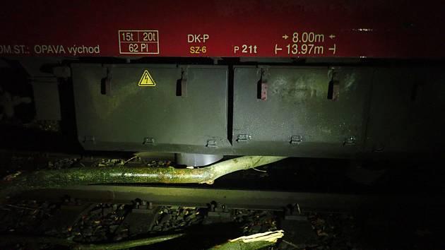 Ranní vlak ve středu u Zátoru najel na menší strom, který vítr shodil na koleje. Provoz na trati do Krnova bylo nutné zastavit a přivolat hasiče, ale větší škoda nevznikla.