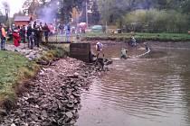Výlov obecního rybníka v Dětřichově nad Bystřicí.