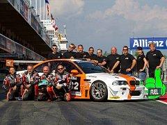 Tak vypadá jediný český tým pro závody v Dubaji. Závodní jezdci jsou vlevo dole, bruntálští mechanici nahoře vpravo.