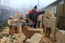 Řezbář Jiří Halouzka při pohledu na dřevo už v duchu vidí hotovou sochu. Nejprve si načrtne na dřevo její obrysy, sochu co nejvíce ořeže pilou, pak jen lehce opracovává.