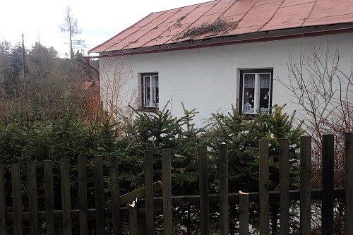 Bruntálští hasiči vyjeli do Kunova, kde strom spal na plot a střechu rodinného domu.