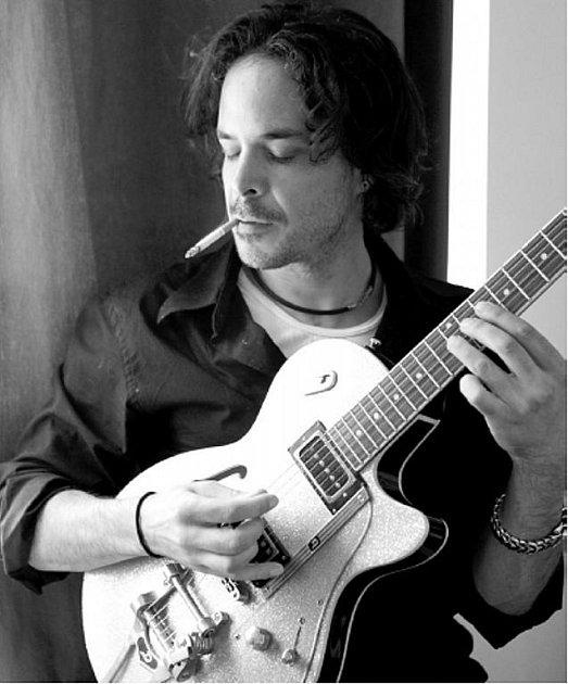 Do Linhartov se chystá americký kytarista a zpěvák Geoff Tyson. Už několik let žije v Praze a vystupuje po celé České republice.