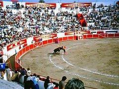 Býčí zápasy v mexickém Leónu, centru koželužského průmyslu, jak je vyfotil v 80. letech krnovský technik.
