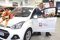 Pracovnice Charity sv. Martina se těší z prvního služebního vozu, v němž budou jezdit za klienty.