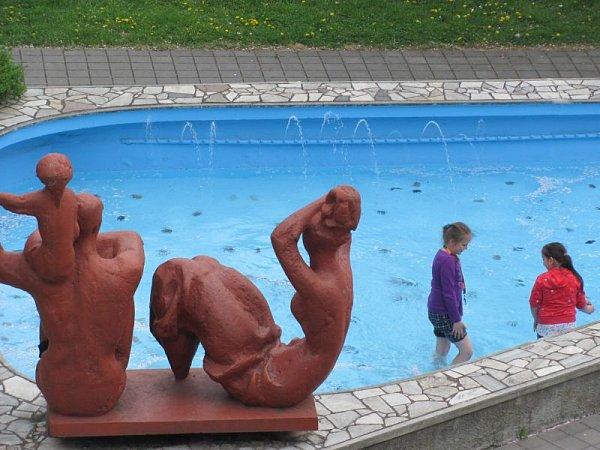 Rodina se jmenuje fontána sochaře Miroslava Jiravy ze šedesátých let. Původně sice nebyla určená ke koupání, ale kdo by se zlobil na děti, které se chtějí zchladit.