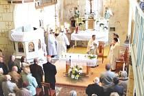 Hrozová a její kostel se zaplnily stovkami hostů, kteří přišli na děkovnou mši. A že bylo za co děkovat. Kostel má nový kabát, střechu, odvodnění, lavice, lustr i varhany.