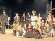 Divadelní soubor Pradivadlo po skončení benefičního představení  Limonádový Joe.