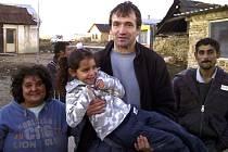Farář Marián Kuffa v jedné ze slovenských romských osad.