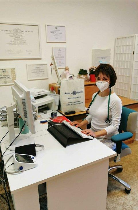 Rotary cluby v březnu 2020 zorganizovaly dovoz 15 000 respirátorů z Číny. Celkem 13 800 jich zdarma rozdaly v Moravskoslezském kraji nemocnicím a těm, kteří pečují o seniory.