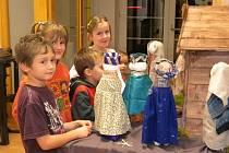 Sdružení maminek a jejich dětí Korálky vytvořilo vánoční Betlém s figurkami z PET láhví. Netradiční symbol Vánoc je k vidění v Obecním domě ve Starém Městě.