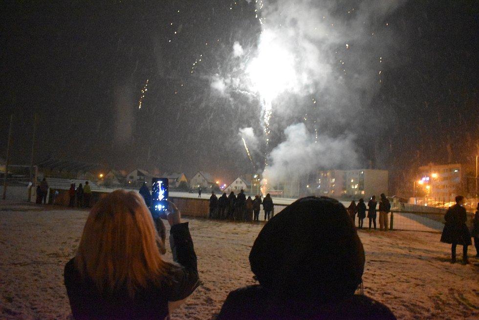 Ve Městě Albrechticích původně plánovali ohňostroj na rozhledně, ale pak ho přesunuli na zasněžené hřiště.