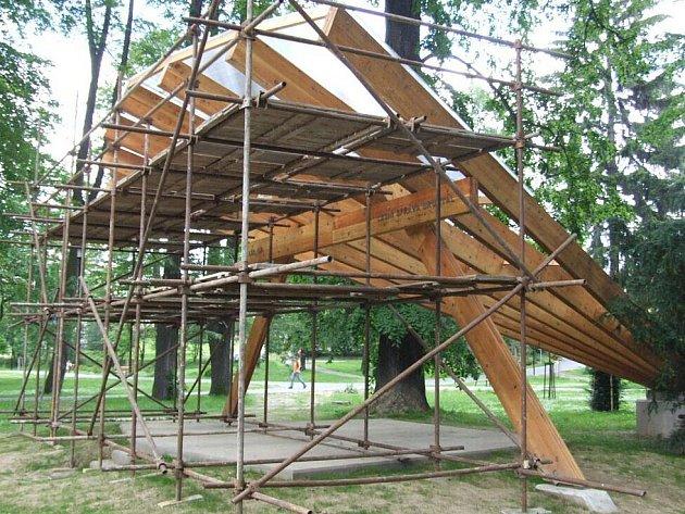 Hudební altán naproti restaurace Roští v bruntálském městském parku poslouží jako pódium pro pořádání kulturních a muzikálních akcí. Lešení dělníci potřebovali, aby na altán umístili stříšku.
