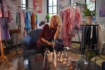 Blanka Drabová vás přivítá v centru Bruntálu ve svémateliéru na Revoluční 7. Provede vás svým světem, který tvoří malované oděvy z hedvábí a obrazy, ze kterých dýchá krása a harmonie.