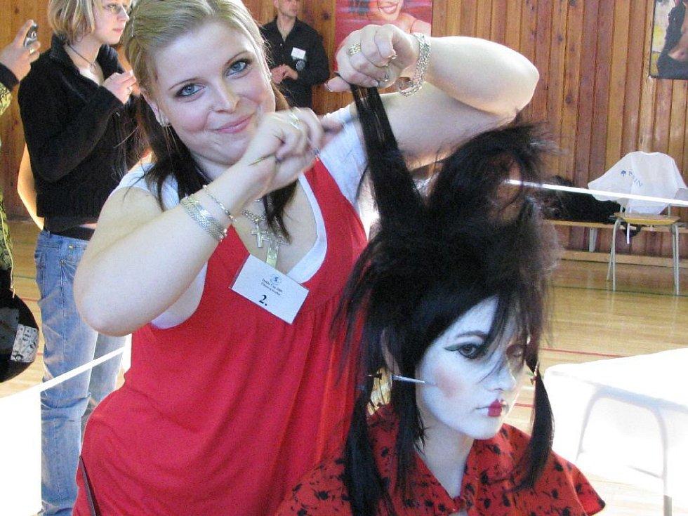 Zádumčivou gejšu načesala a nazdobila studentka třetího ročníku bruntálské střední školy služeb Pavlína Šímová.