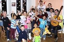 Děti uvítali zástupce bruntálského fotbalového oddílu s otevřenou náručí. Většina z nich stráví Vánoce v domově.