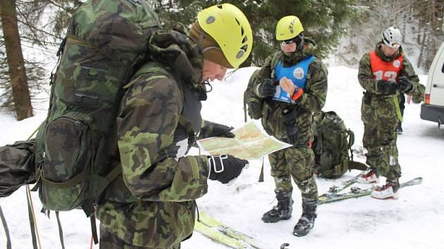 Dvě noci v mrazu pod širým nebem a náročné disciplíny čekaly na vojáky v armádní soutěži v Jeseníkách.